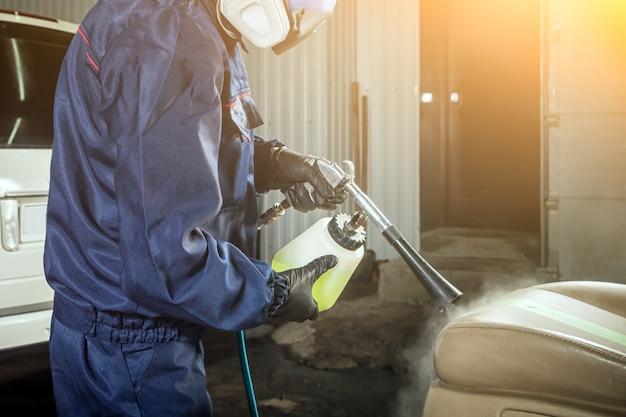 L'uomo fa un lavaggio a secco della macchina