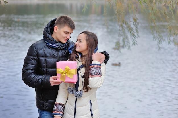 L'uomo fa un regalo per la giovane donna