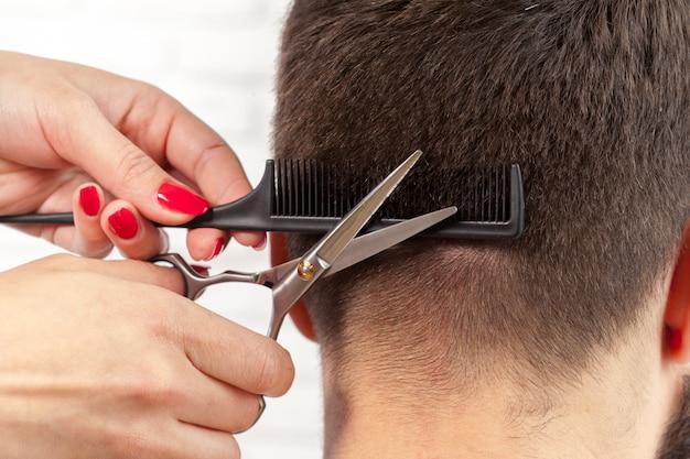 L'uomo fa un taglio di capelli