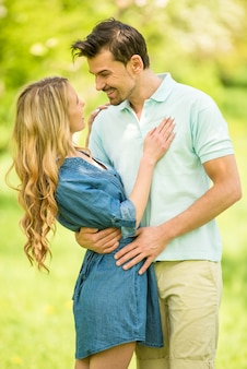 L'uomo felice abbraccia una donna in un bellissimo bosco.