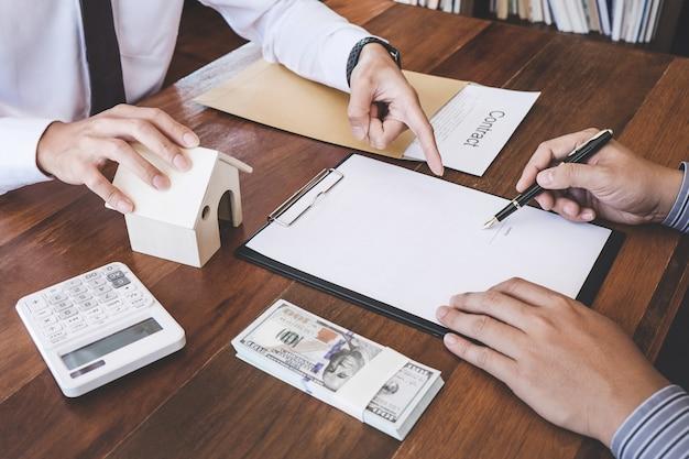 L'uomo firma una polizza di assicurazione domestica sui prestiti domestici, agente di assicurazione che analizza l'investimento