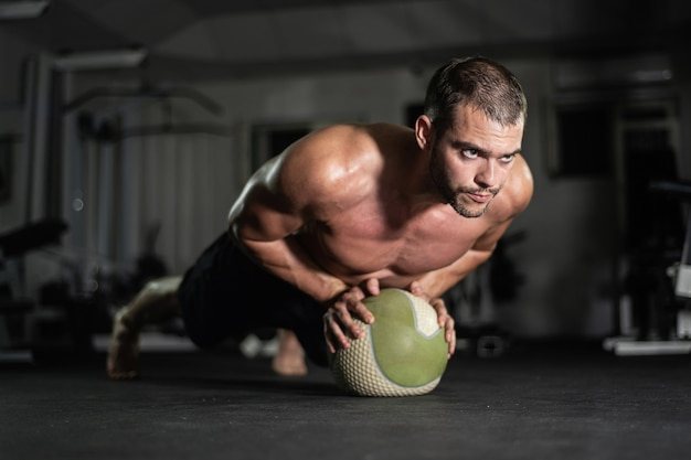 L'uomo fitness fa flessioni sulla palla