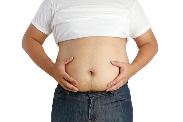 L'uomo grasso asiatico si tolse la camicia, afferrò una grande pancia e aveva molto grasso e indossò pantaloni molto stretti. isolato