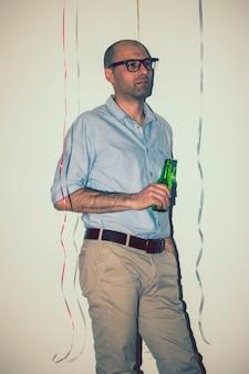 L'uomo ha una birra alla festa