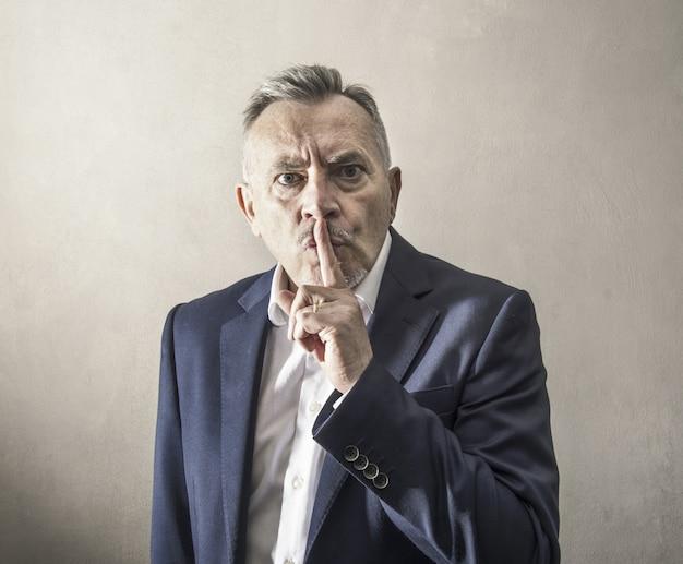 L'uomo impone il silenzio in modo arrogante