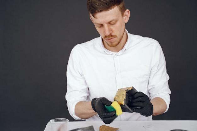 L'uomo in camicia bianca lavora con un cemento