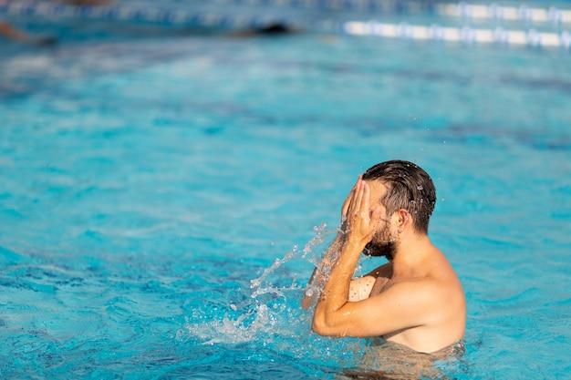 L'uomo in piscina