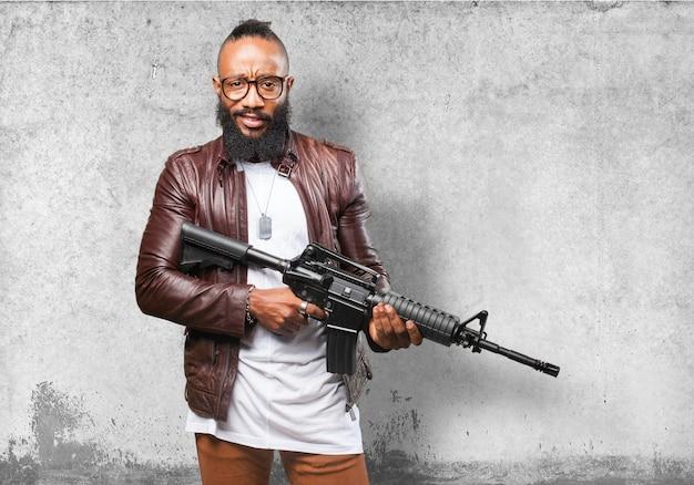 L'uomo in possesso di un fucile mitragliatore