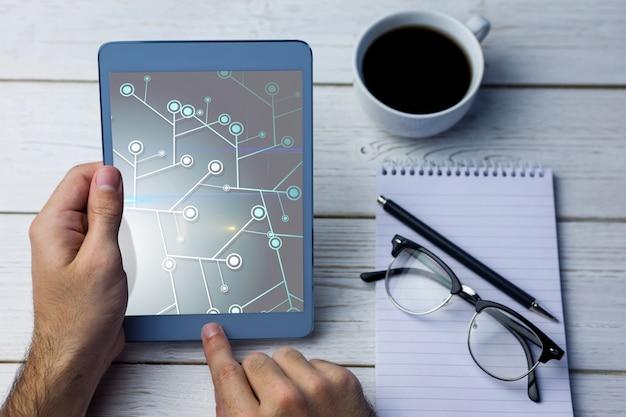 L'uomo in possesso di un tablet e lavorare con esso