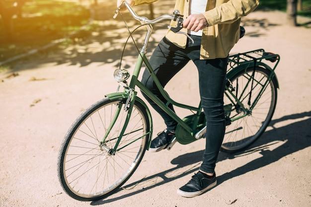 L'uomo in sella a una bici urbana