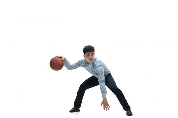 L'uomo in ufficio copre il gioco di pallacanestro su spazio bianco. ricerca insolita di uomo d'affari in movimento, azione. sport, stile di vita sano.