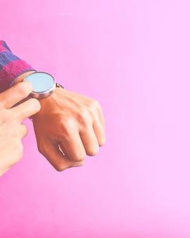 L'uomo indossa smart watch nello stile di vita di tutti i giorni