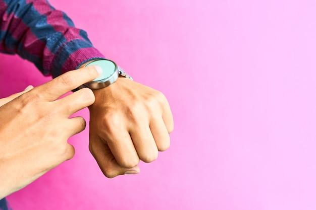 L'uomo indossa un orologio intelligente nello stile di vita di tutti i giorni