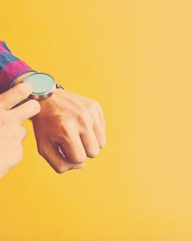 L'uomo indossa un orologio intelligente