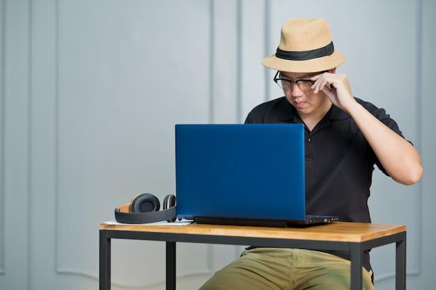 L'uomo lavora a casa, usa il portatile per lavoro, resta a casa