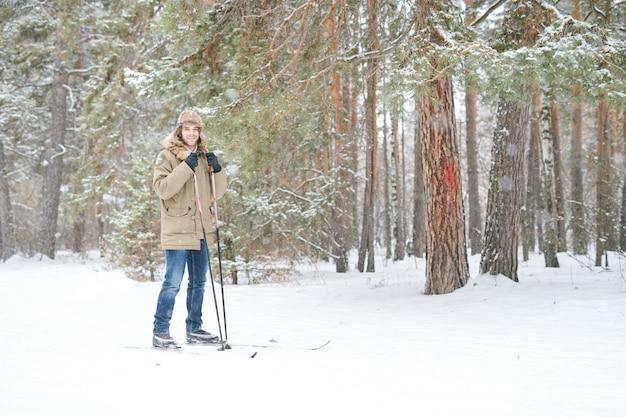 L'uomo moderno sciare nella foresta