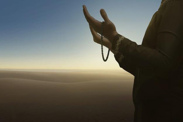 L'uomo musulmano prega dio