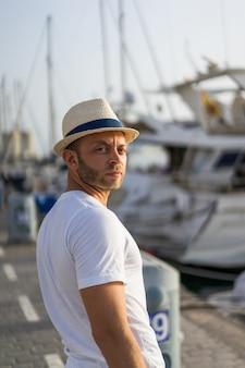 L'uomo nel porto