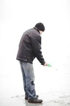 L'uomo pesca in inverno