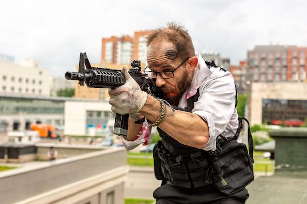 L'uomo prese la mira con la pistola. stile film d'azione