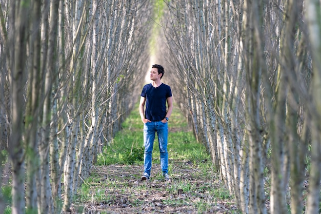 L'uomo prova una sensazione di solitudine mentre passeggia nel bosco