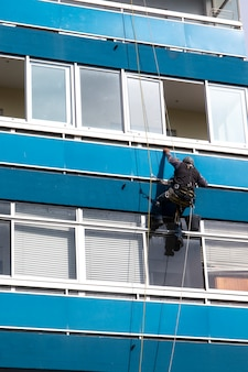 L'uomo pulisce le finestre sul grattacielo