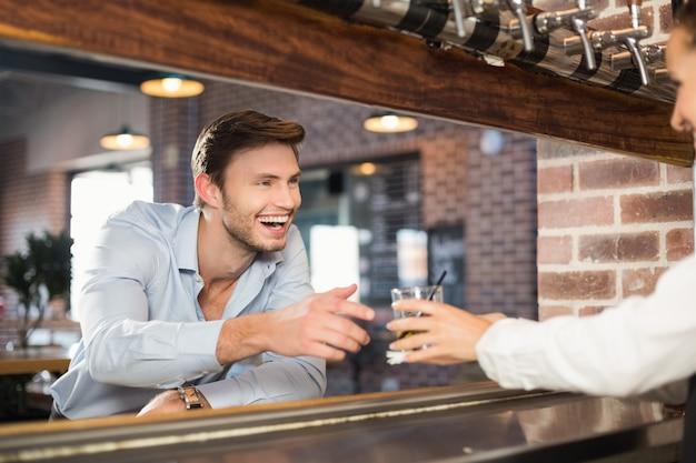 L'uomo riceve il suo ordine dalla barista