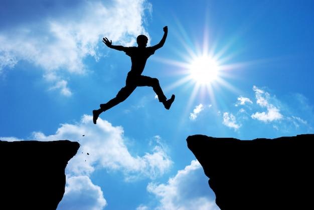 L'uomo salta