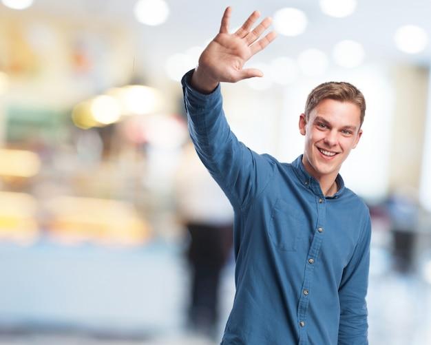 L'uomo salutare con la mano
