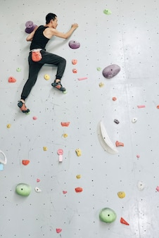 L'uomo si arrampica sul muro da solo