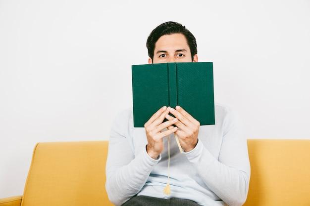 L'uomo si nasconde dietro un libro