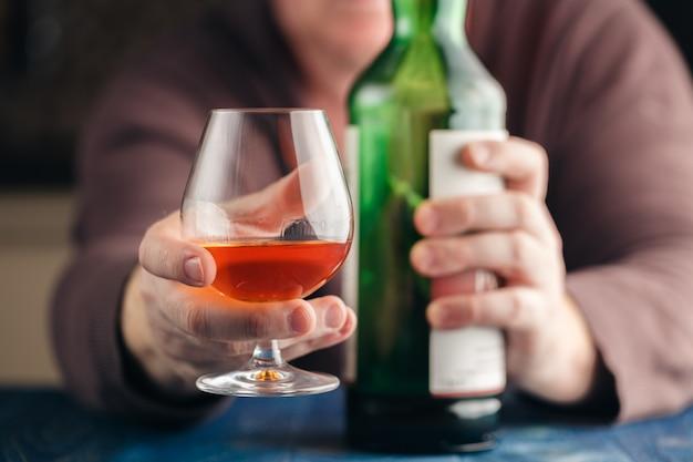 L'uomo si rilassa con l'alcool dopo il duro lavoro