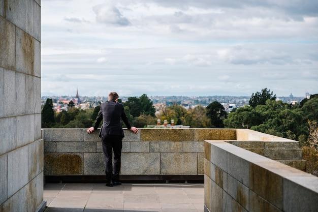 L'uomo si rilassa e guarda la città