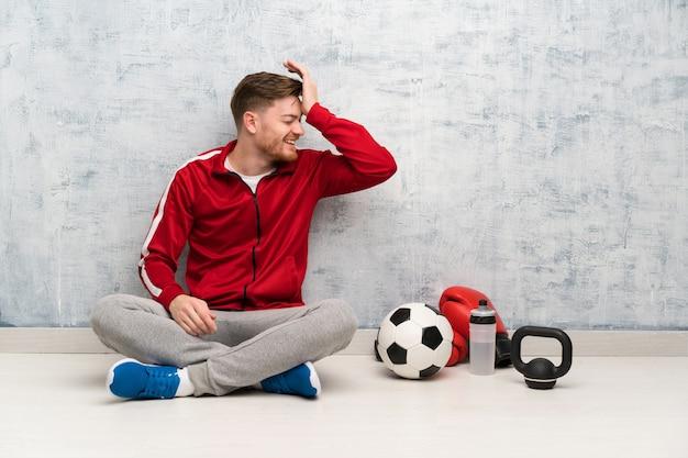L'uomo sportivo redhead ha realizzato qualcosa e intendendo la soluzione