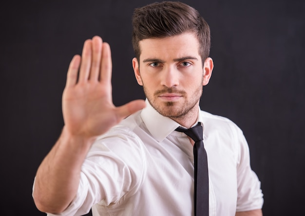 L'uomo sta alzando la mano
