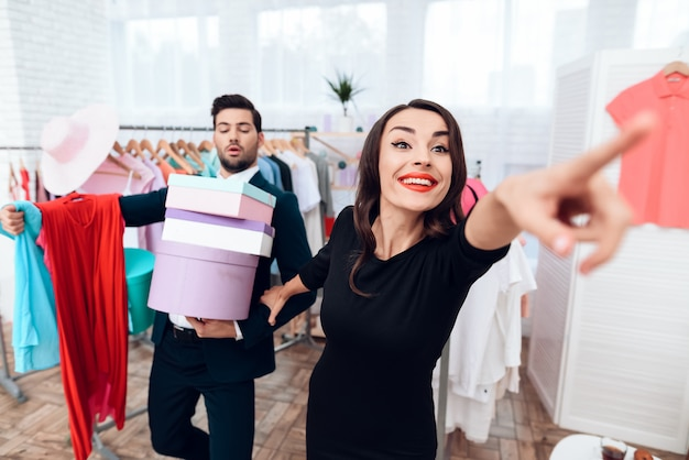 L'uomo sta facendo shopping per la sua ragazza mentre lei sta mostrando.
