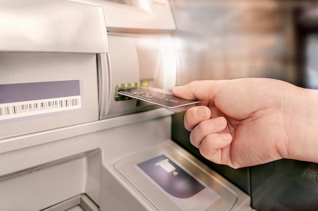L'uomo sta inserendo la carta per bancomat