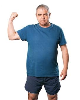 L'uomo stringendo i muscoli di un braccio
