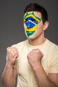 L'uomo strinse i pugni e fece il tifo per il brasile.