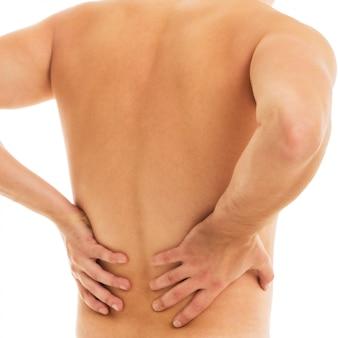 L'uomo trattiene la schiena a causa del dolore