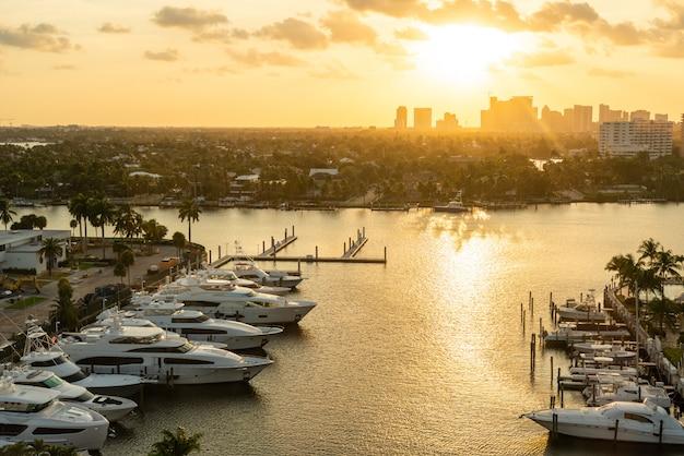L'yacht di lusso ha parcheggiato su un canale con il sole che scende a fort lauderdale