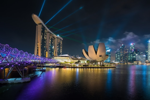 La baia del porticciolo di singapore alla notte, città di singapore con lo spettacolo di luci è manifestazione famosa e bella.