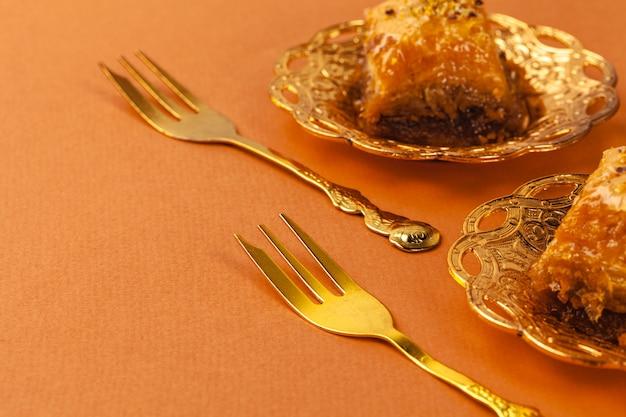 La baklava turca del dessert è servito sulle stoviglie tradizionali del metallo
