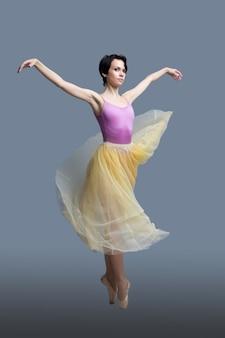 La ballerina sta ballando su un grigio