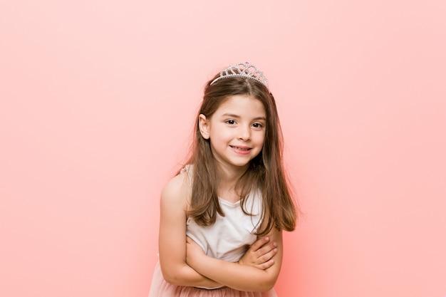 La bambina che indossa una principessa sembra ridere e divertirsi.