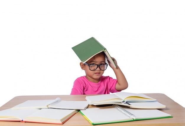 La bambina con gli occhiali ha pensato e molti prenotano sulla tavola.