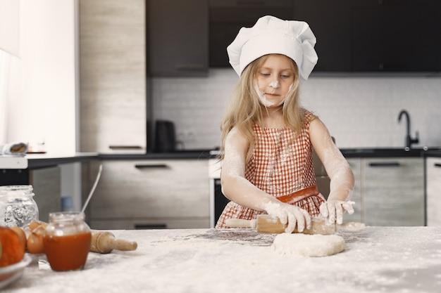 La bambina cucina la pasta per i biscotti