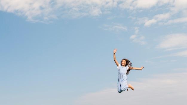 La bambina della possibilità remota che salta