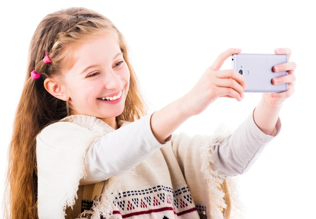 La bambina fa selfie con il suo telefono cellulare