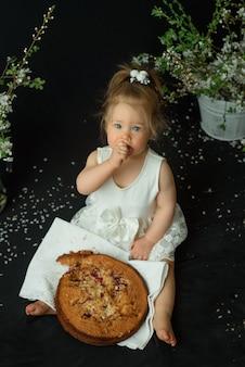 La bambina festeggia il suo primo compleanno